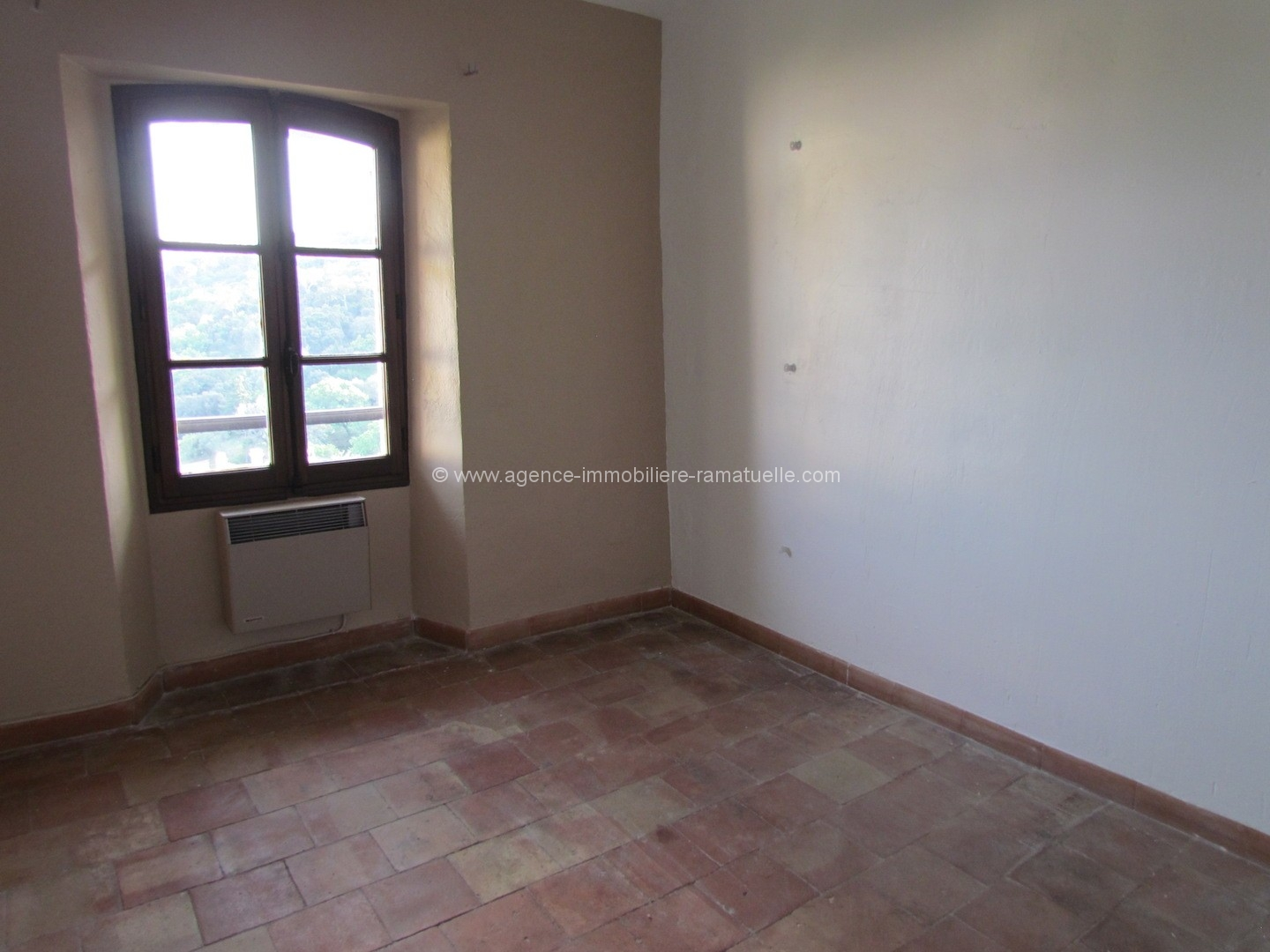 Appartement sous les to ts village ramatuelle agence for Chambre immobiliere