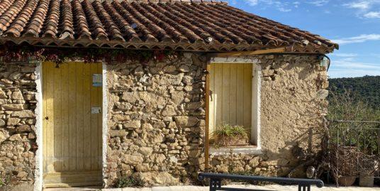 Au cœur du village de Ramatuelle, ancienne bergerie en pierre d'environ 94m² avec vue mer et la plaine, vendue avec une activité de commerce.